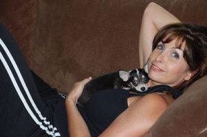 Mujer con chihuahua
